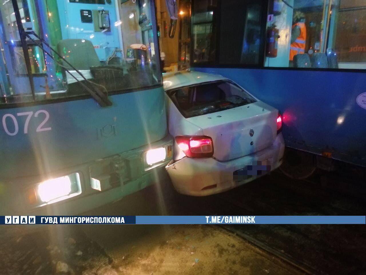 Необычное ДТП в Минске: Renault зажало между двумя трамваями