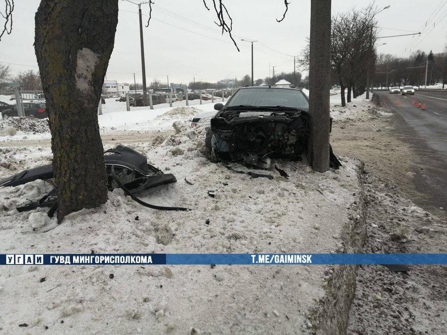 В Минске Peugeot влетел в дерево, а затем в столб