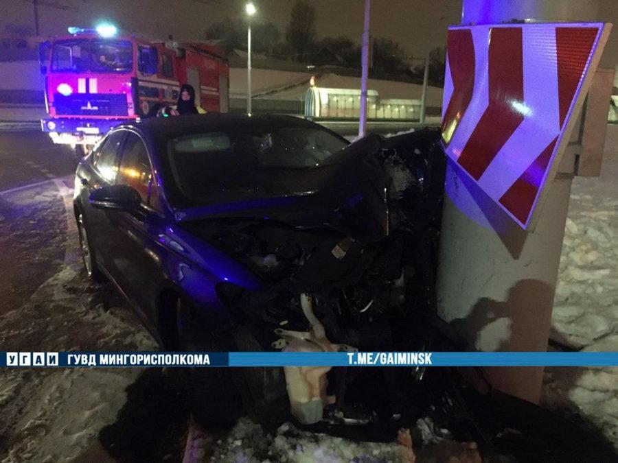 На проспекте Дзержинского в Минске Ford влетел в столб