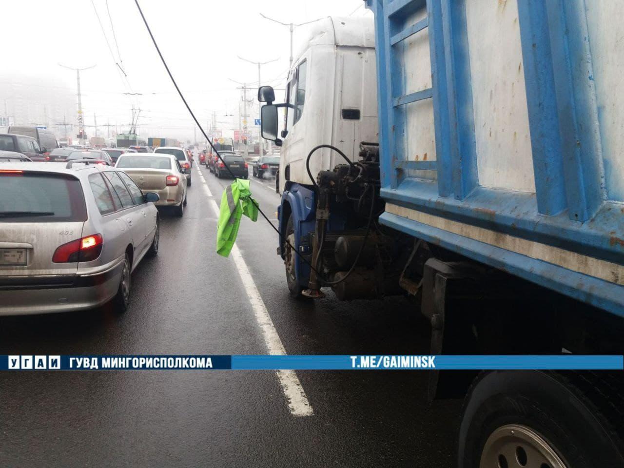 Грузовик оборвал троллейбусные провода на Притыцкого