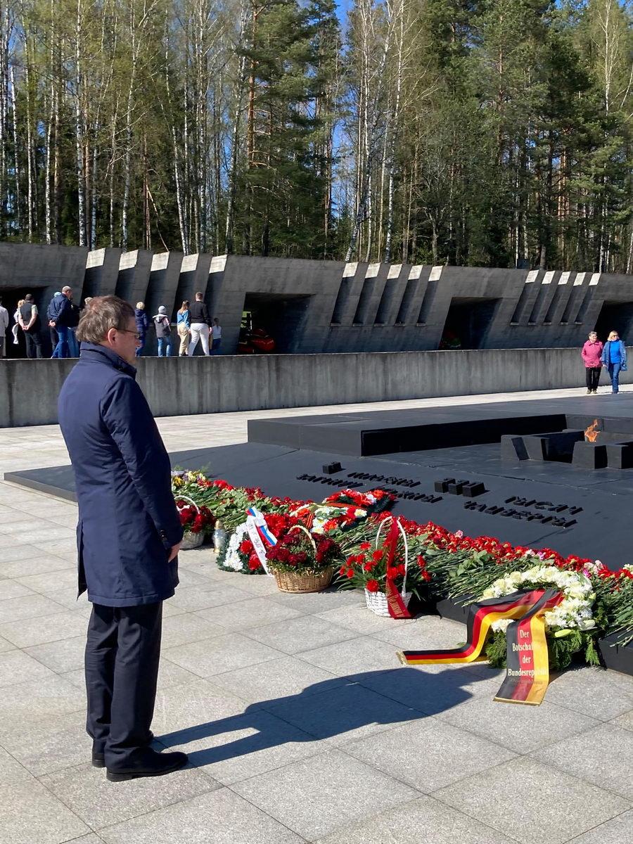 Посол Германии в Беларуси посетил Хатынь и Яму и призвал вместе идти по пути примирения