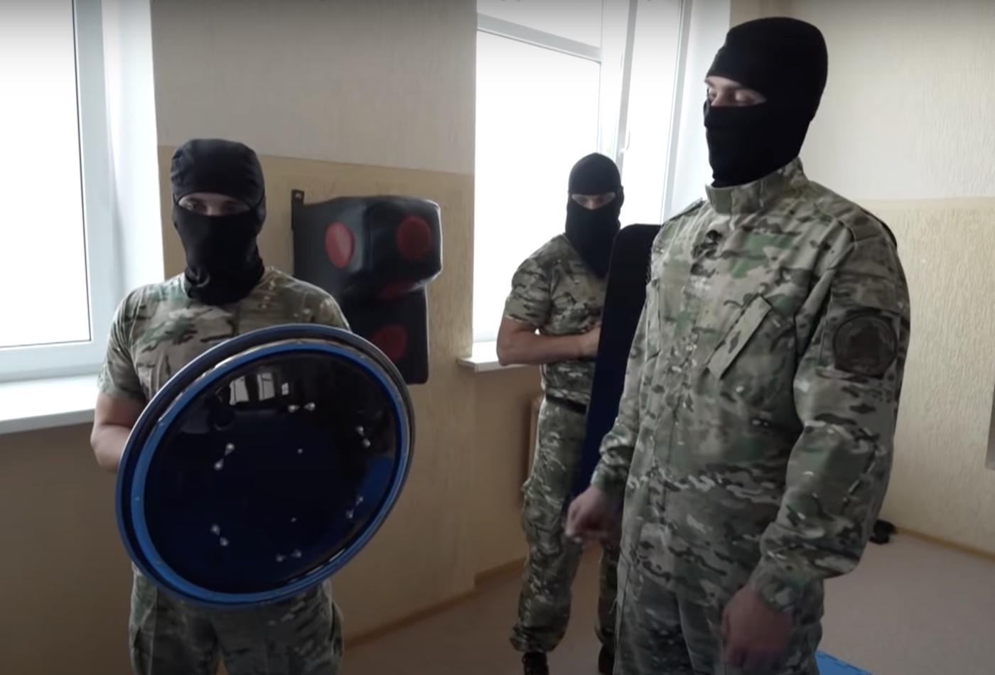 Оглушает, ослепляет, бьет током: CОБР презентовал Азарёнку новые спецсредства нейтрализации протестующих граждан