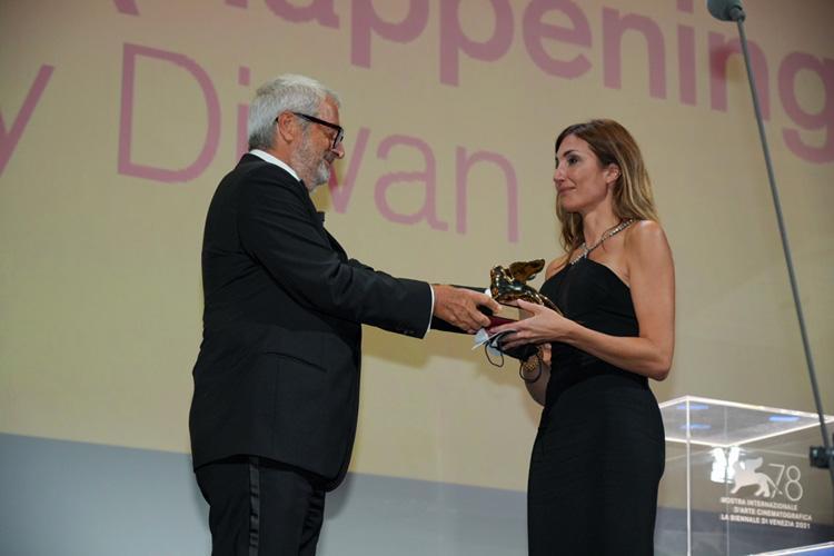 """Одри Диван получает """"Золотого льва"""". Фото: labiennale.org."""